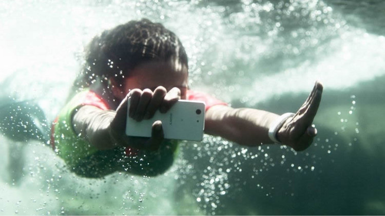 смартфон Sone Xperia Z3 под водой